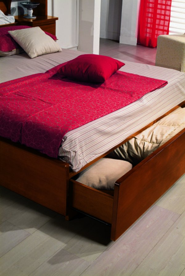 Particolare letto classico in legno